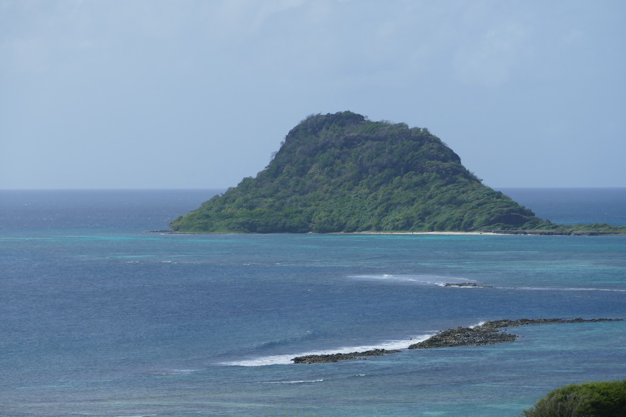 01. Frigate island sur notre route ; mouillage possible derrière