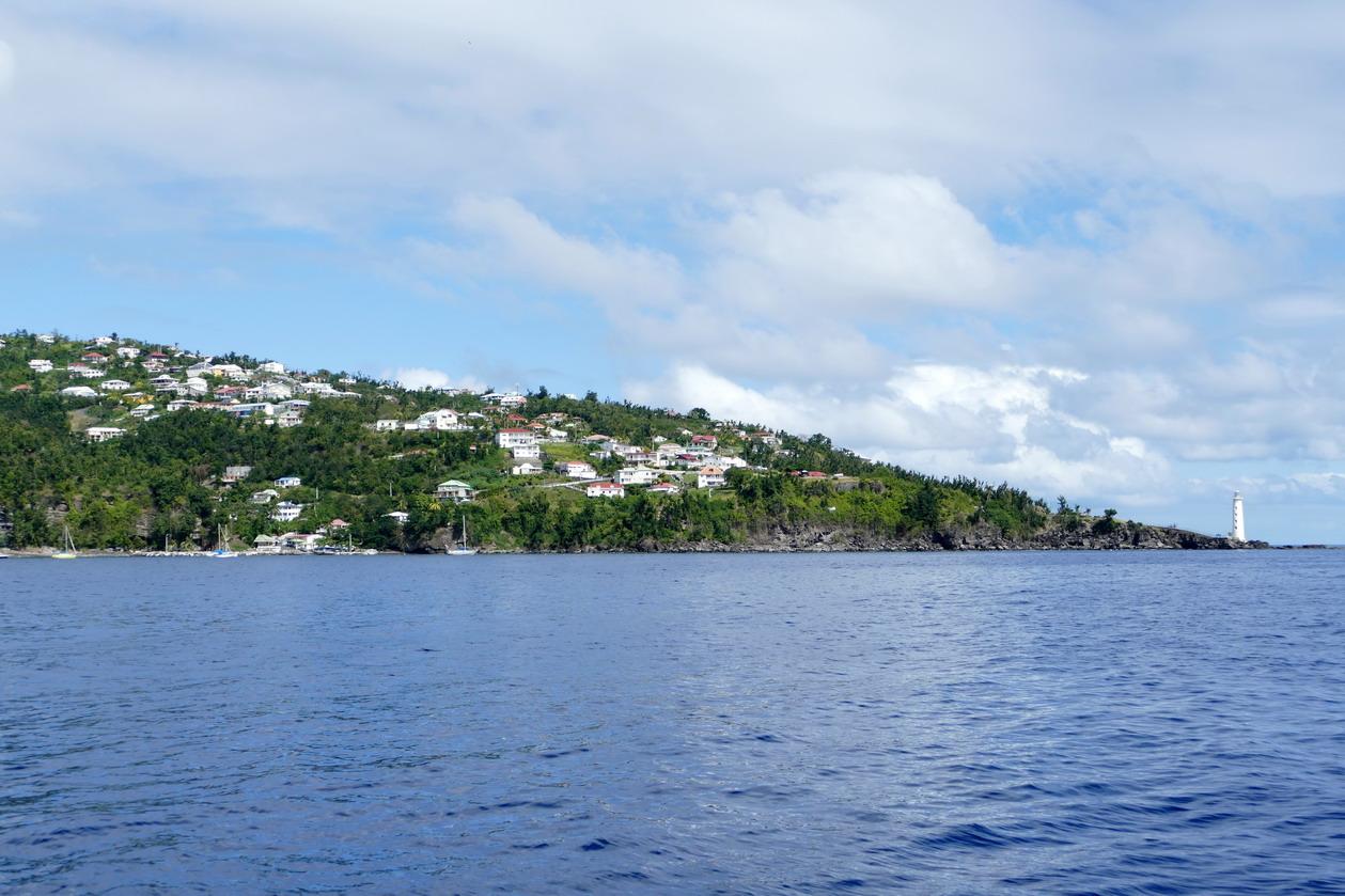 01. La Guadeloupe ; la pointe de Vieux Fort, son phare et un petit mouillage