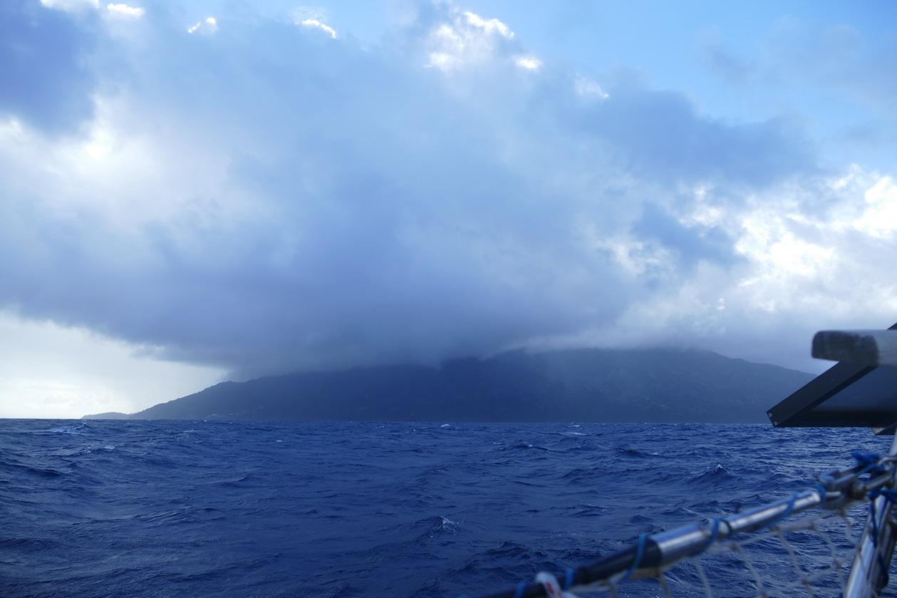 02. St Vincent, la Soufrière perdue dans les nuages ; la mer et le vent rentrent en force