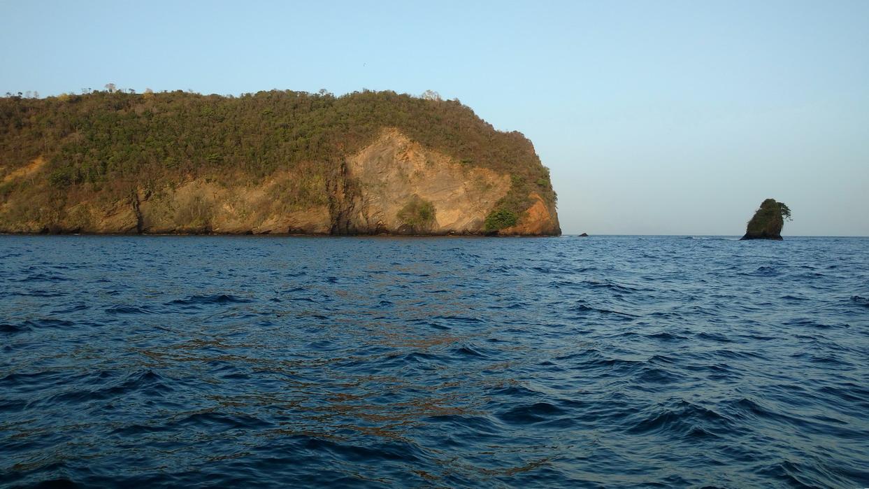 03. Trinidad ; le rocher indique le passage de Monos