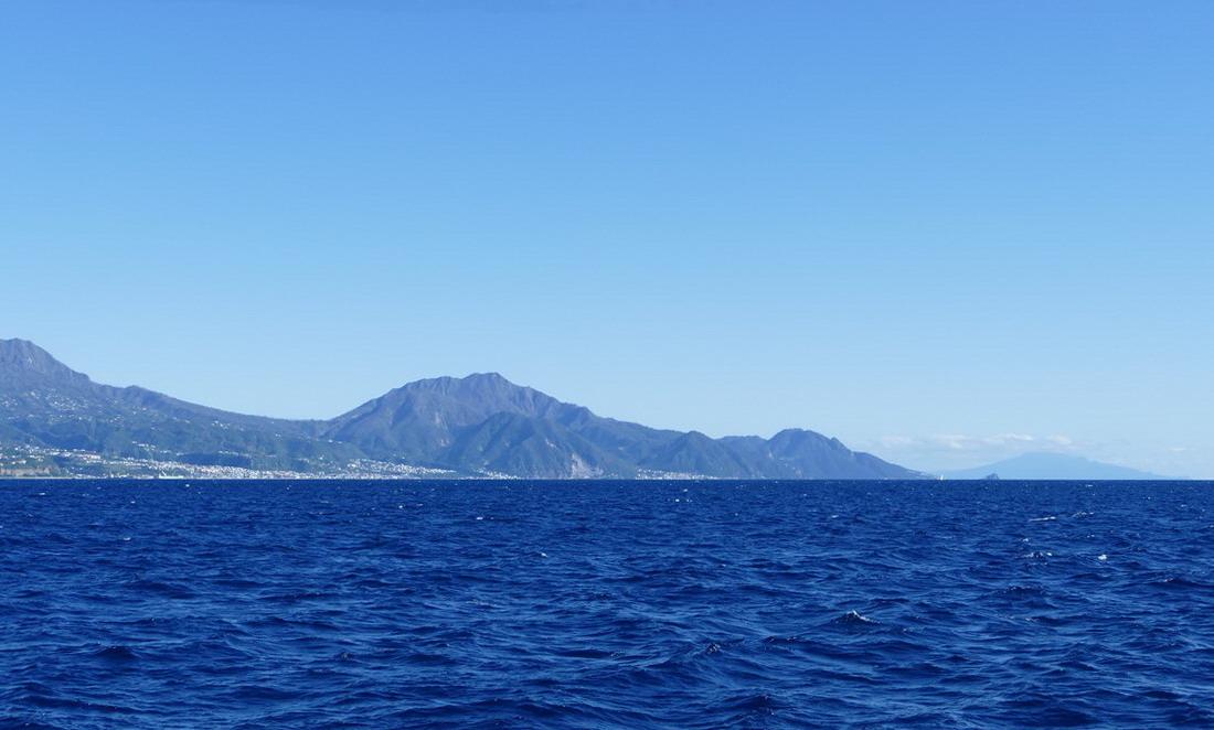 04. Roseau, la capitale de l'île ; à l'arrière-plan la montagne Pelée