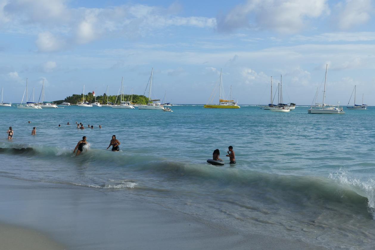 05. Le Gosier, une des plages ; le débarquement n'est jamais simple