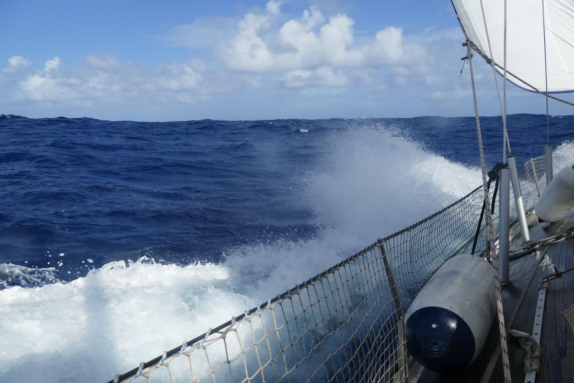 06. Sous le vent, le bateau passe en force