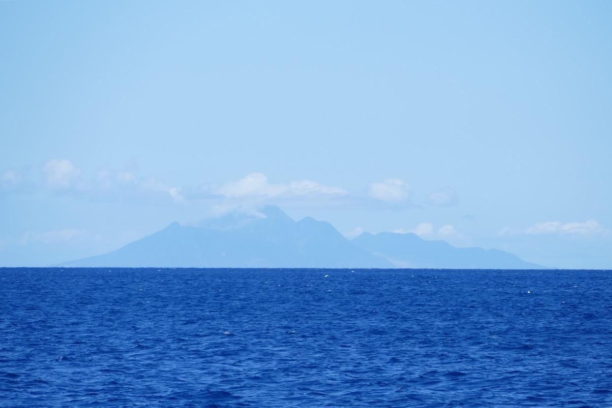 08. L'île de Montserrat à 30 MN, dont la moitié sud a été dévastée par la Soufrière en 1995-97