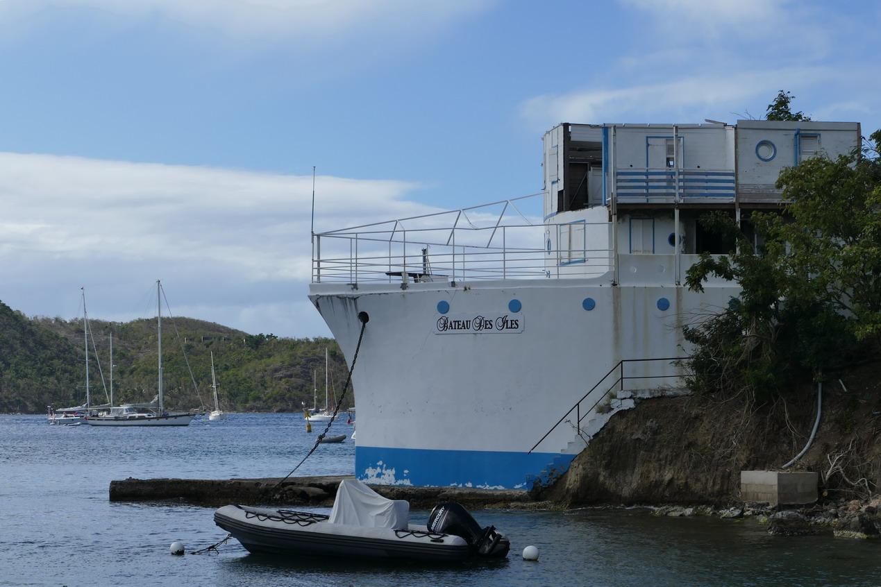 11. L'archipel des Saintes ; une drôle de maison-bateau construite pour l'illustre phototographe Adolphe Catan en 1942