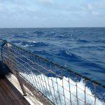 11. Le bateau est poussé au surf par la vague qu'il chevauche