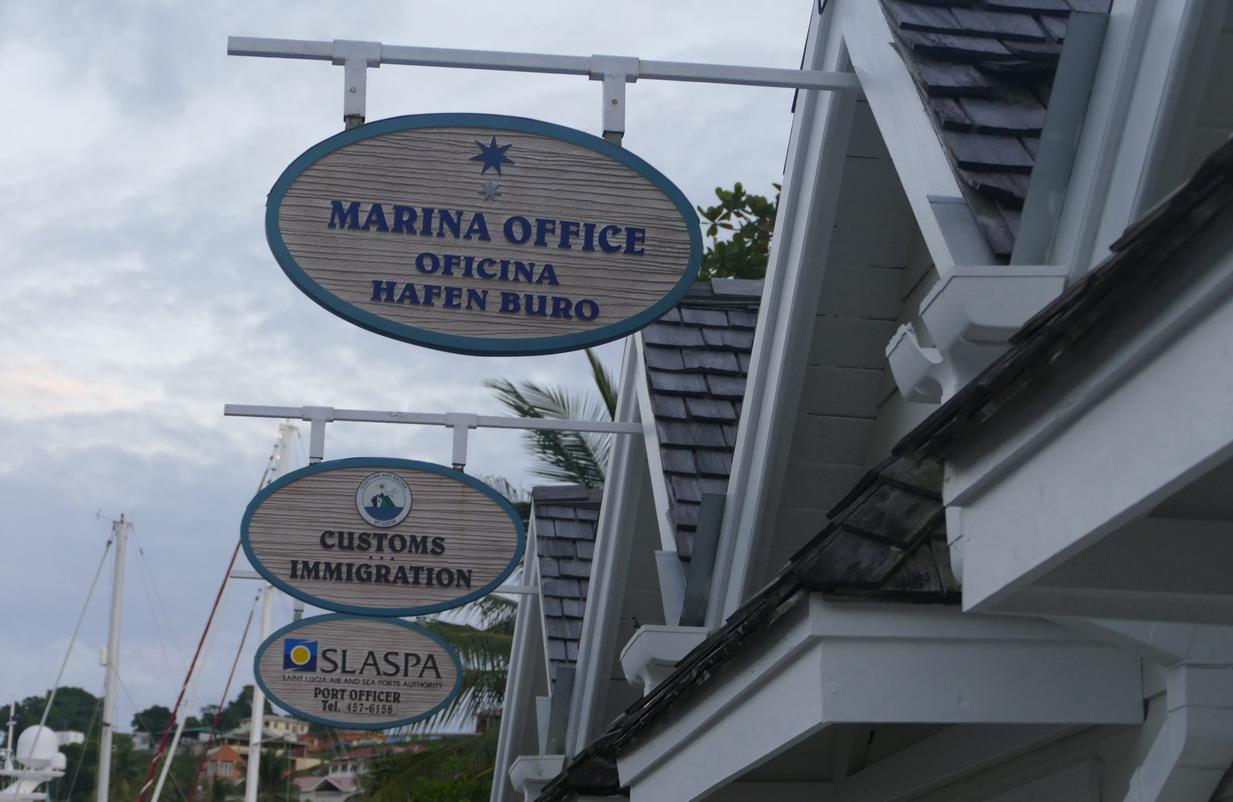 13. Ste Lucie, Marigot harbour, la série des inévitables bureaux
