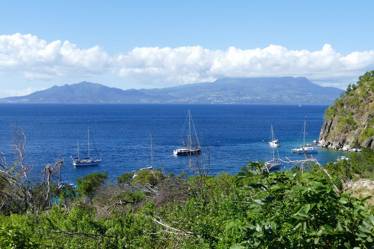 14. L'archipel des Saintes ; Mindelo derrière le Pain de sucre et la Soufrière le nez dans les nuages