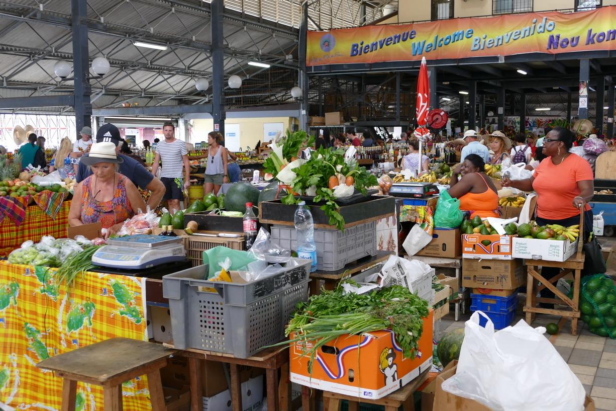 15. Fort-de-France ; le marché couvert