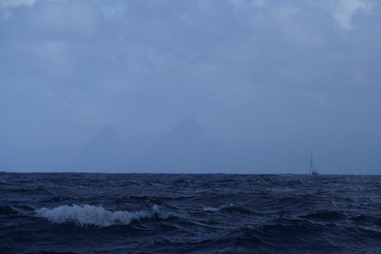 15. Les Pitons de Ste Lucie apparaissent dans le lointain