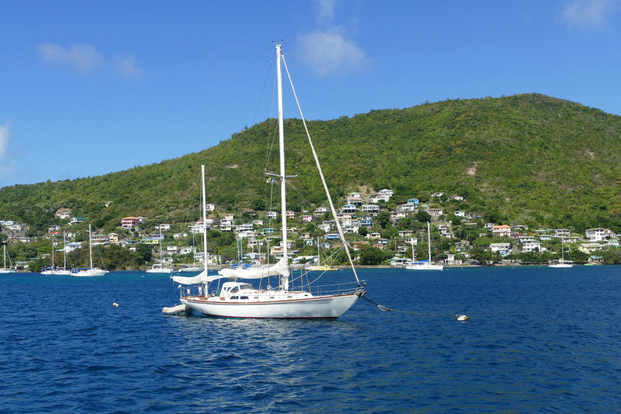 16. Bequia, Admiralty bay, vue vers le nord, un petit yawl anglais