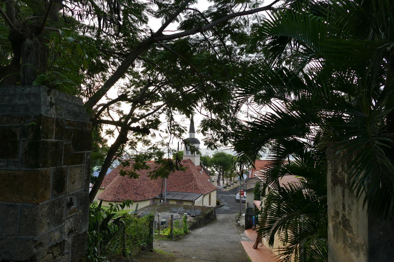16. La Martinique, le calvaire de Ste Anne ; en redescendant vers l'église