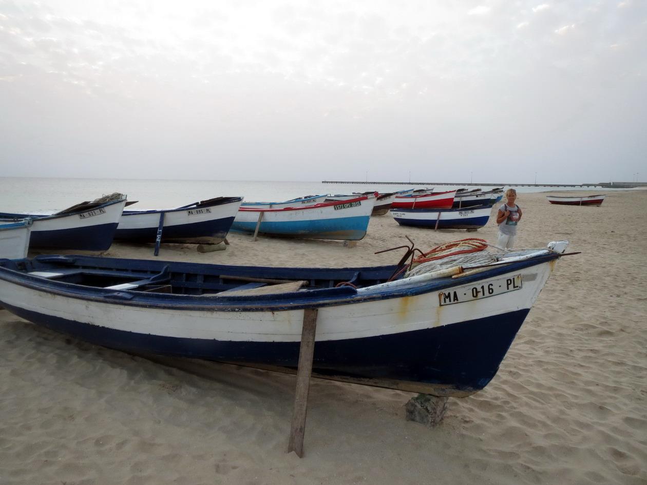 18. Les barques de pêche sont tirées sur la plage