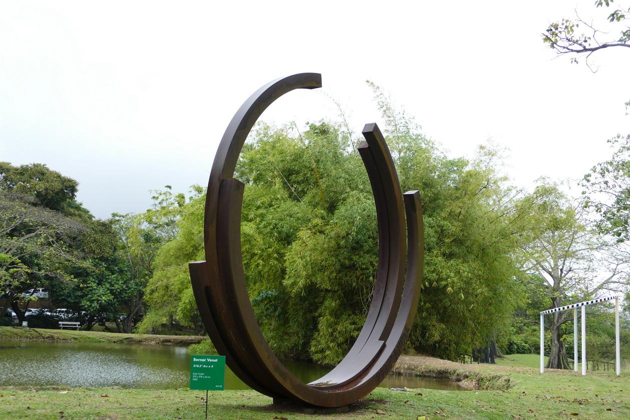 21. L'habitation Clément ; 218.5° Arc x 4, sculpture de Bernar Venet