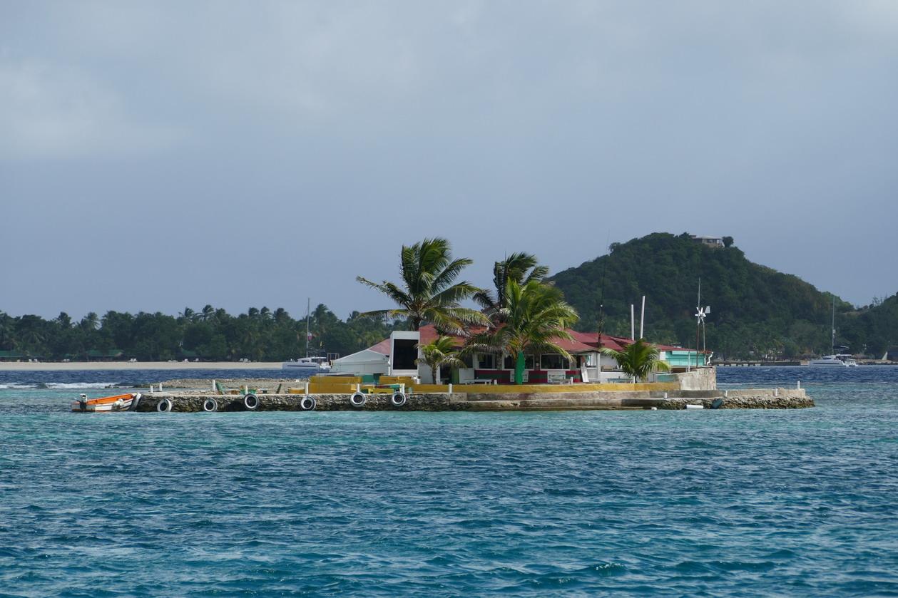 22. Notre Happy bar bâti sur un rocher corallien, tout près de nous, devant la Palm island