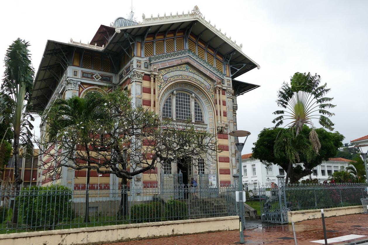 24. Fort-de-France ; la bibliothèque Schoelcher