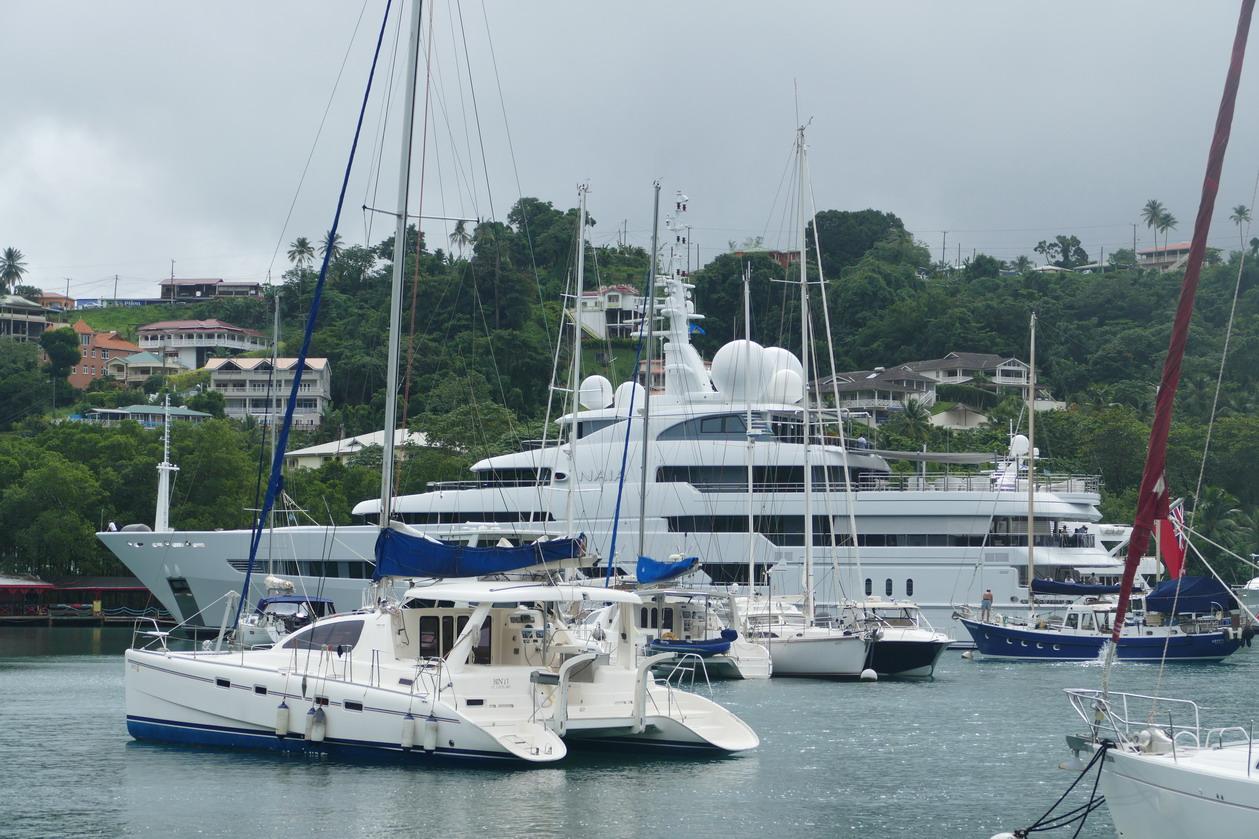 25. Ste Lucie, Marigot harbour, un superyacht se fait de la place