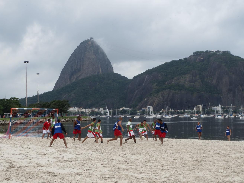 26. En bord de baie, foot sur plage