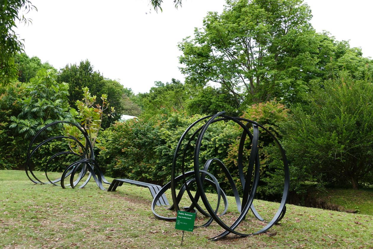 26. L'habitation Clément ; Huge sudeley bench, sculpture de Pablo Reinoso