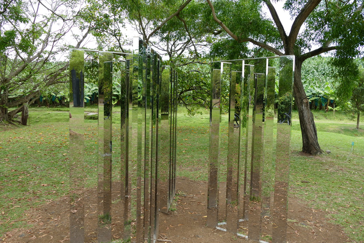 28. L'habitation Clément ; Two dimensional mirror labyrinth, sculpture de Jeppe Hein