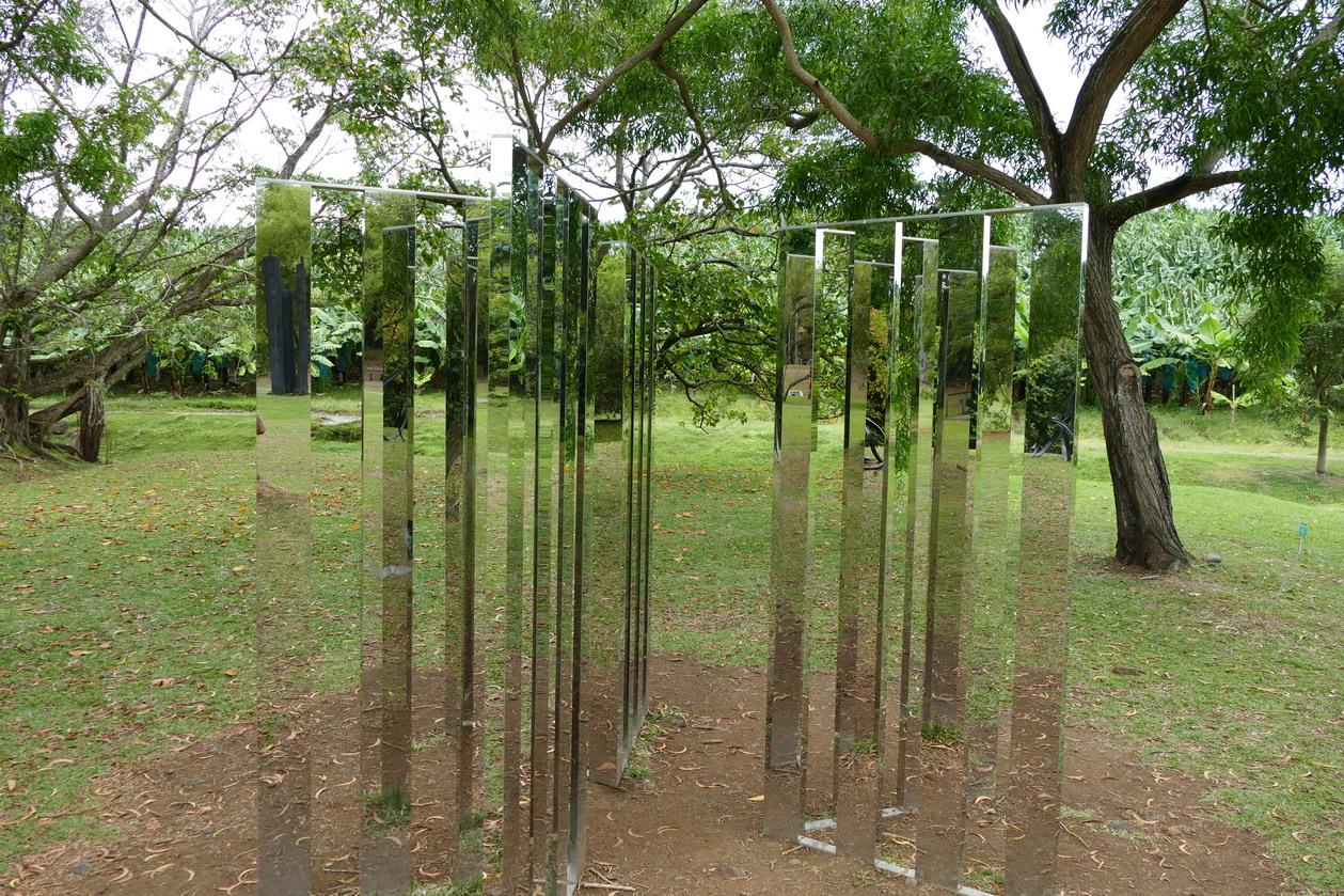 28. L'habitation Clément ; Two dimensional mirror labyrinth, sculpture de Jeppe Hein