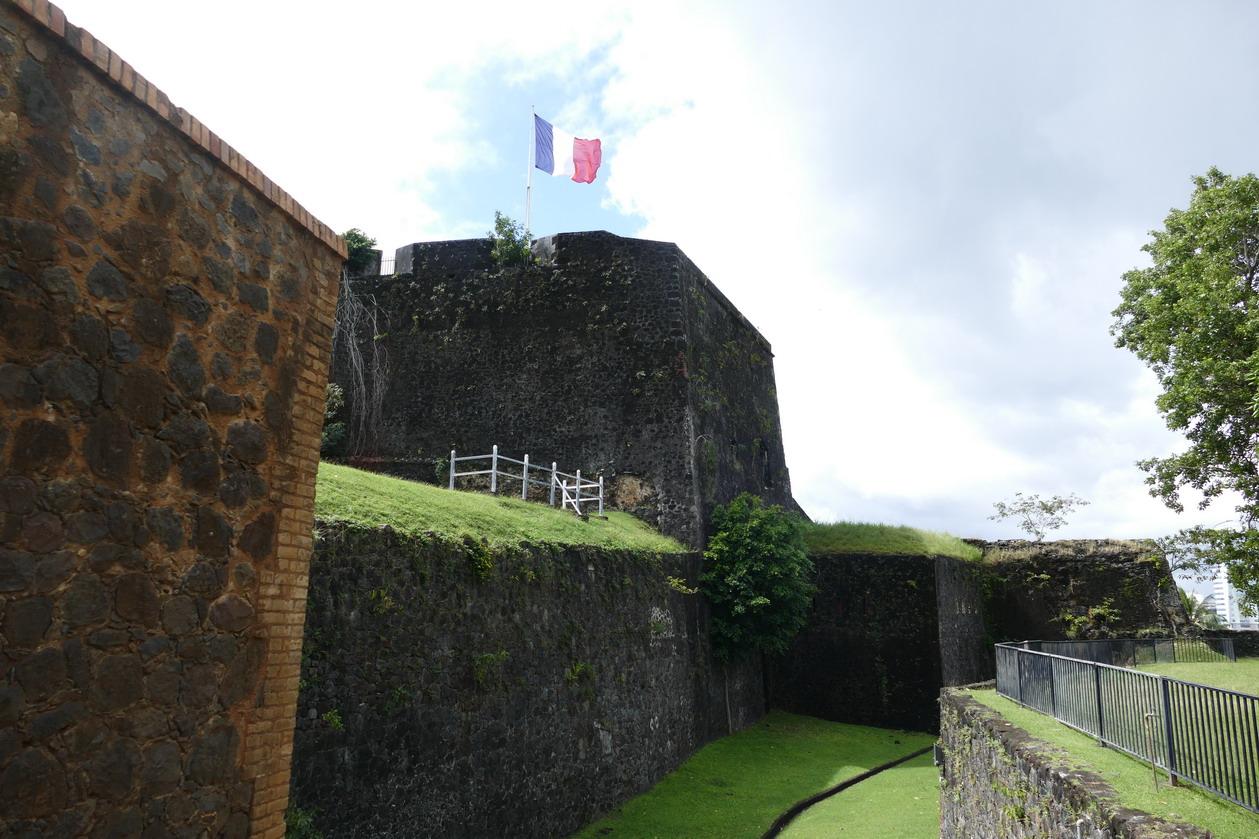 29. Fort-de-France ; le fort Saint-Louis a joué un rôle clé dans la défense de la ville