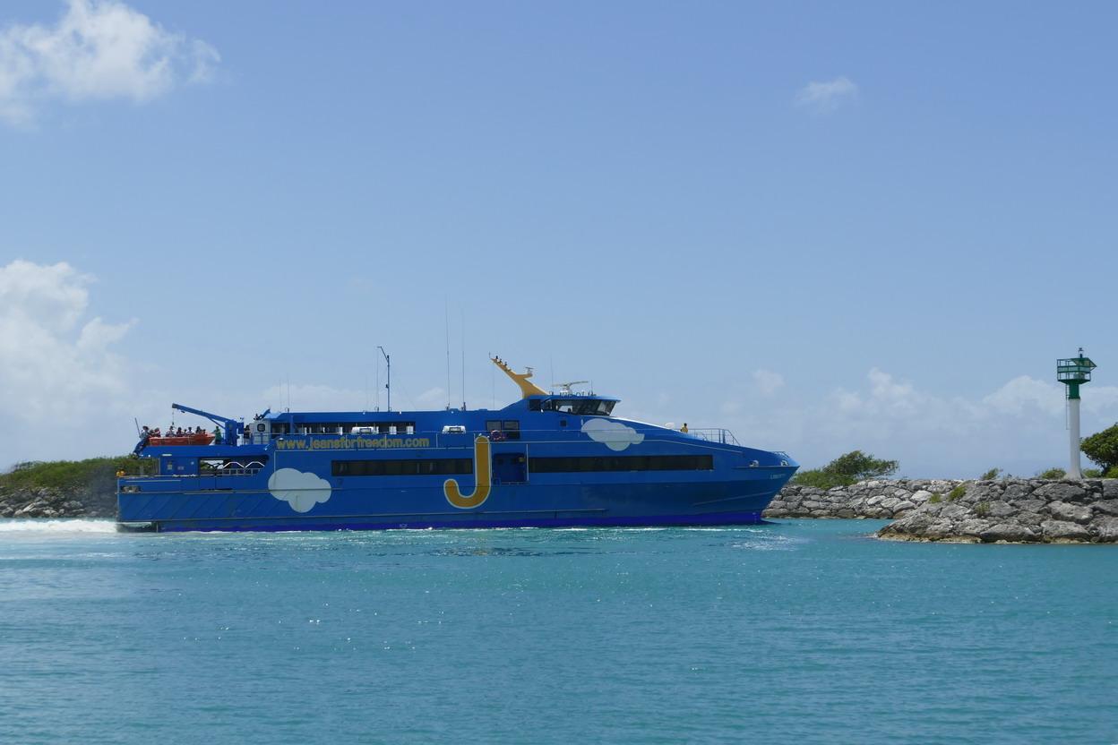 29. Marie-Galante ; Grand-Bourg, l'hydrojet quitte le port