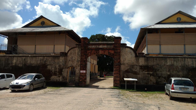 29. St Laurent du Maroni, commune pénitentiaire ; l'entrée du centre de transportation (ou centre de tri du bagne)