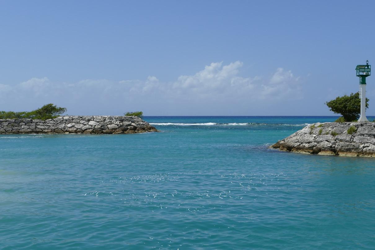 30. Marie-Galante ; Grand-Bourg, la barrière de corail à la sortie du port