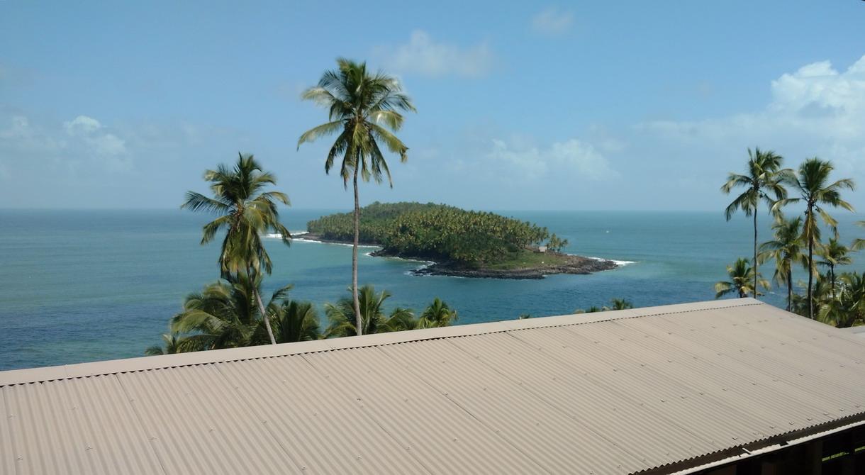 31. Hôtel-restaurant IdS, ces gîtes tôlés troublent la merveilleuse perspective sur l'île du Diable