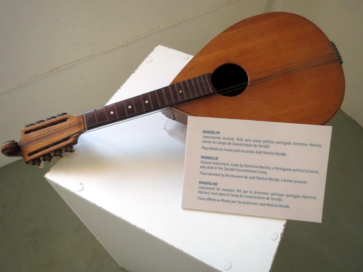 37. Chao Bom, mandoline fabriquée par un détenu mort dans le camp