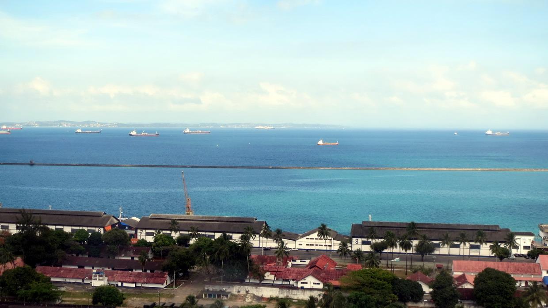 39. Vue vers la baie et les nombreux pétroliers en attente (l'économie ralentit aussi au Brésil)