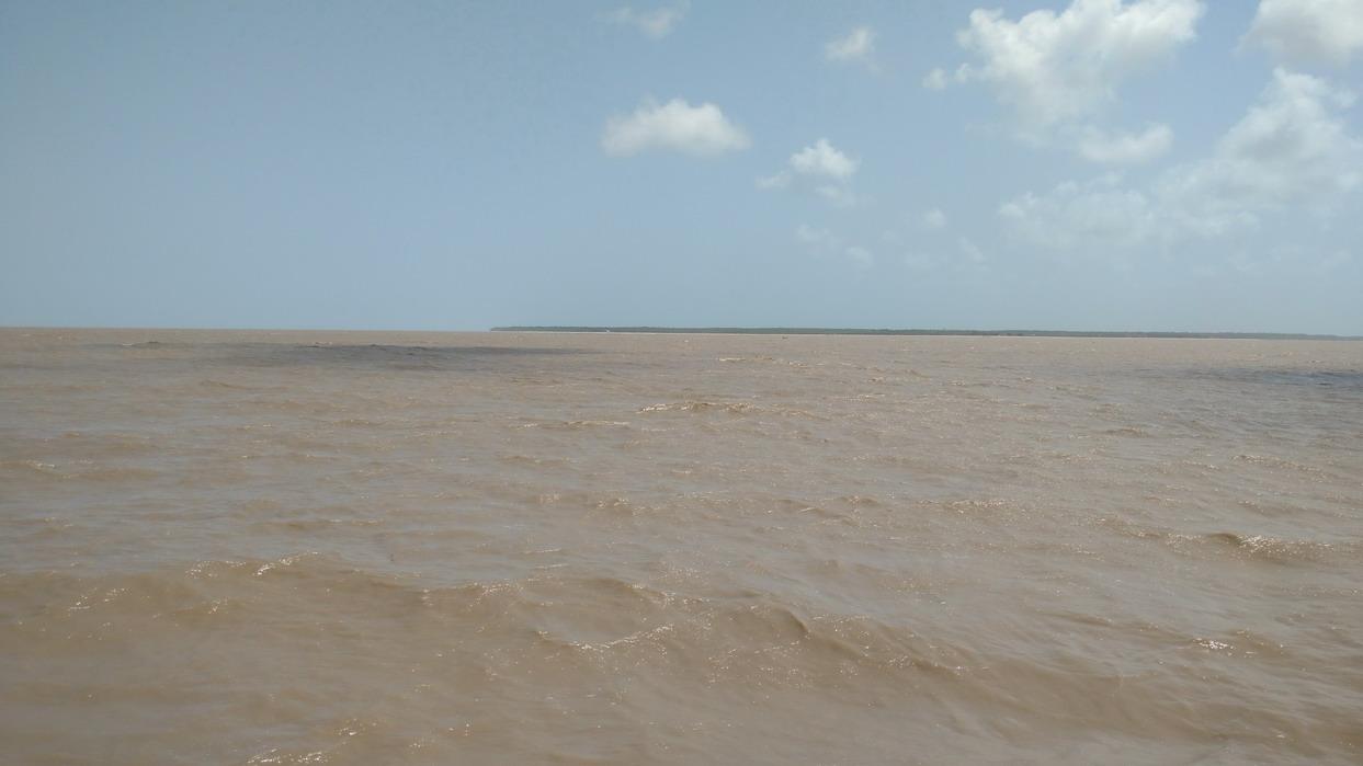 01. Le fleuve Suriname, tumultueux dans l'alizé à la montée des eaux