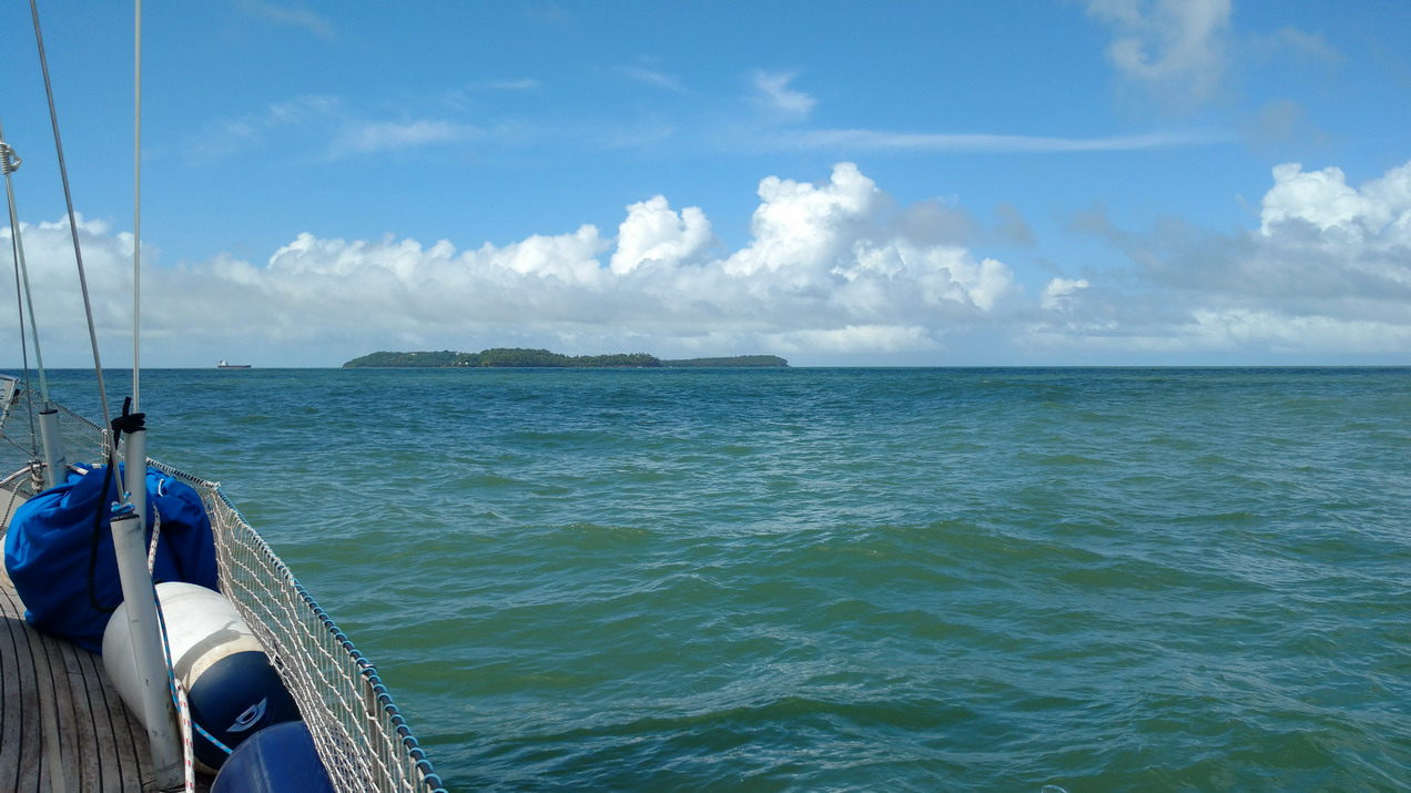 02. Apparition des îles du Salut sur l'horizon à l'est