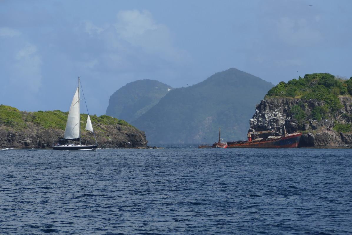 02. Bequia - Les rochers et l'épave qui marquent l'extrémité ouest de l'île