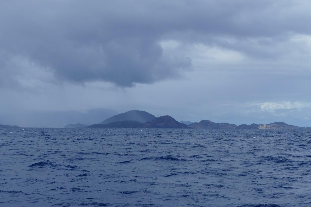 02. L'archipel des Saintes sous un ciel chargé vu du sud