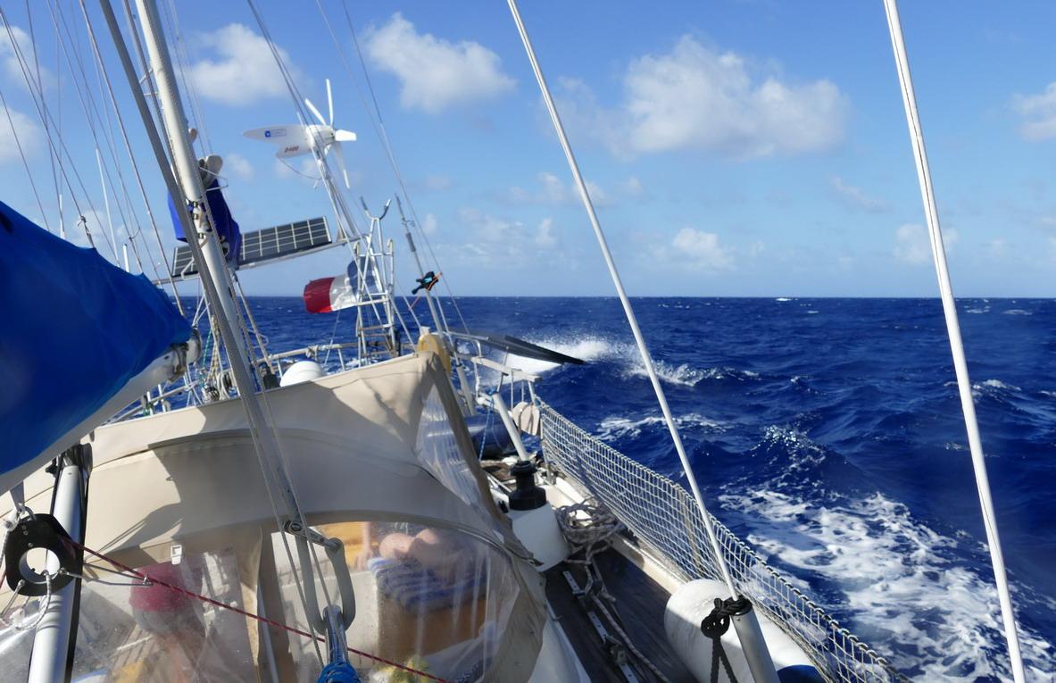 02. Vers Marie-Galant, vent de travers sous génois ; il y a parfois des vagues qui claquent !