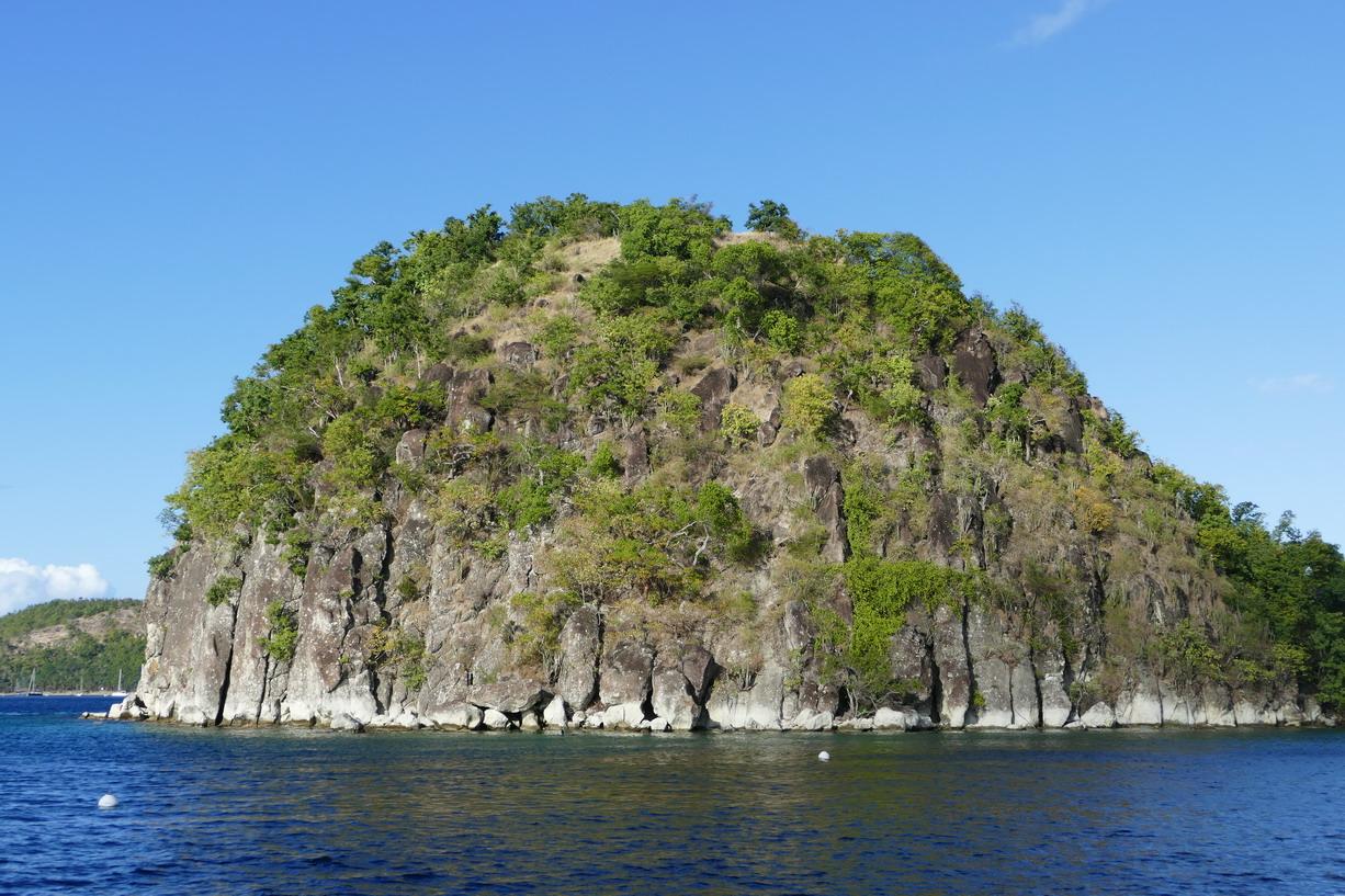 04. L'archipel des Saintes et le pain de sucre derrière lequel nous nous sommes abrités la première fois
