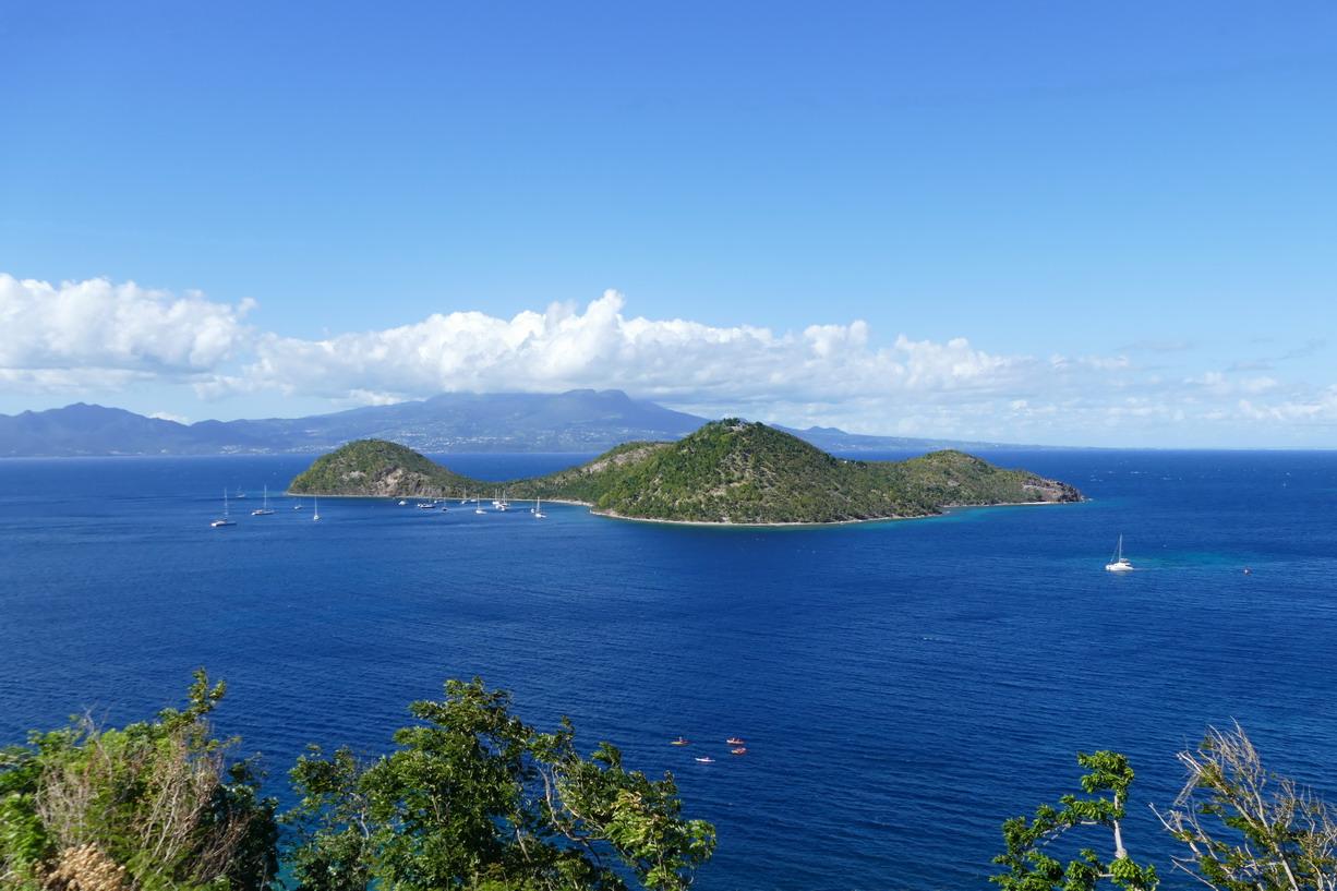 05. L'archipel des Saintes, l'îlet à Cabrit et son mouillage ; au-delà la côte de la Guadeloupe