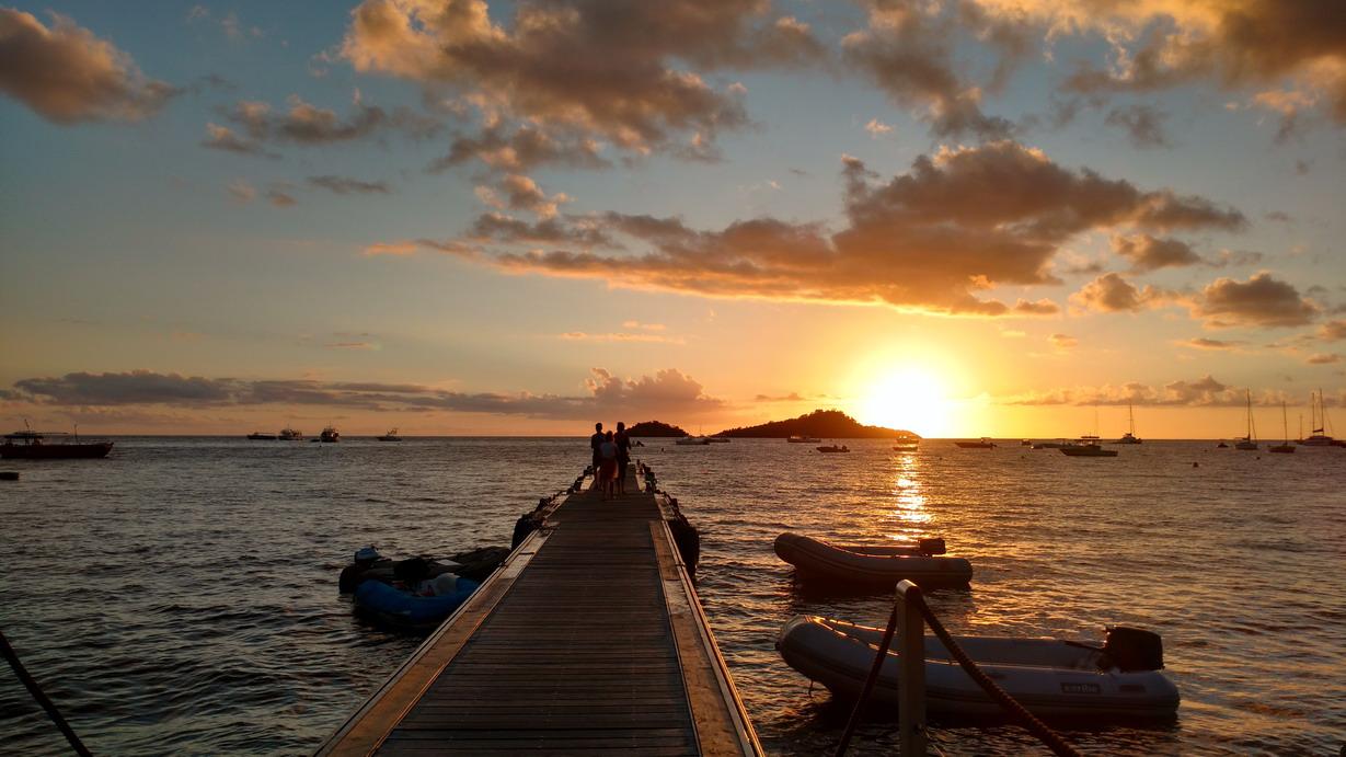 06. La Guadeloupe ; ponton à annexes, plage Malendure