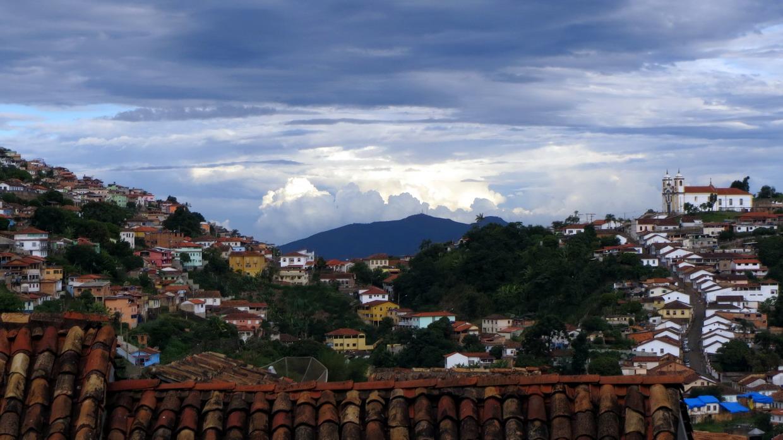 06. Vue vers l'est d'Ouro Preto ; en arrière-plan, l'église Sta Efigenia dos Pretos