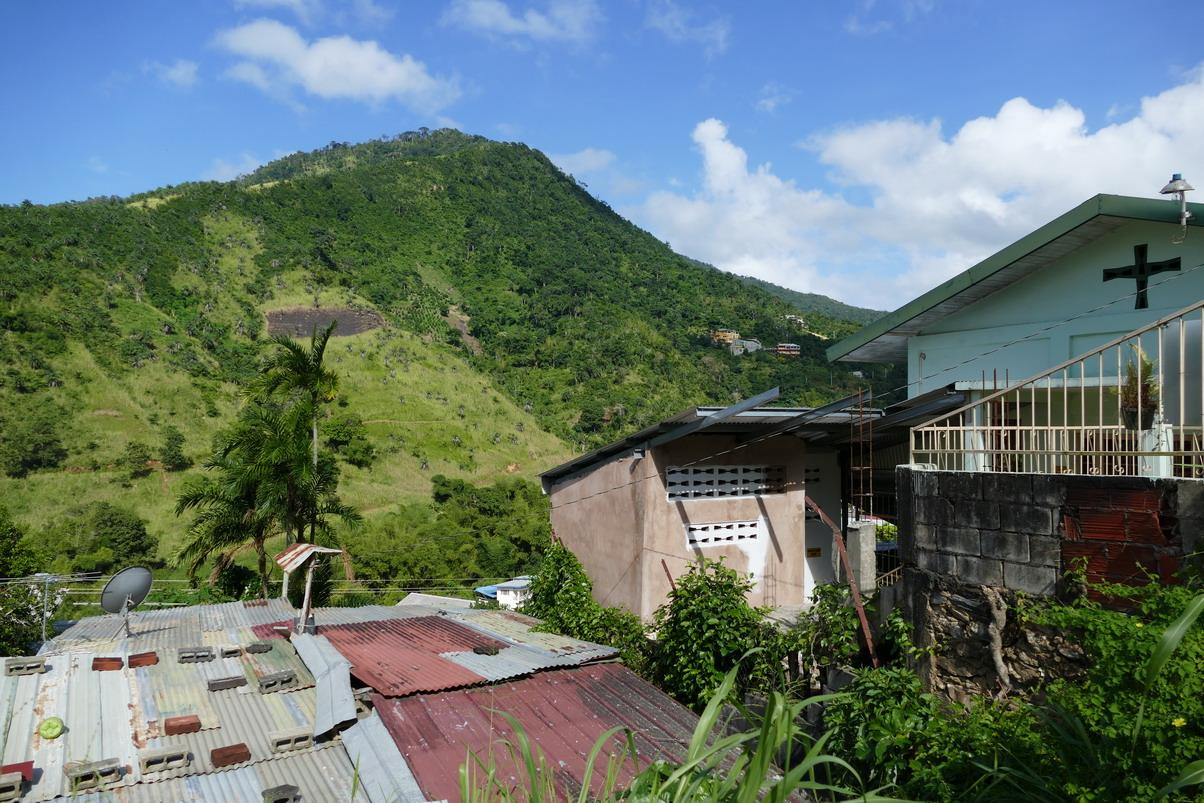 07. Contraste, une verte colline, une église évangélique et des toits ondulés