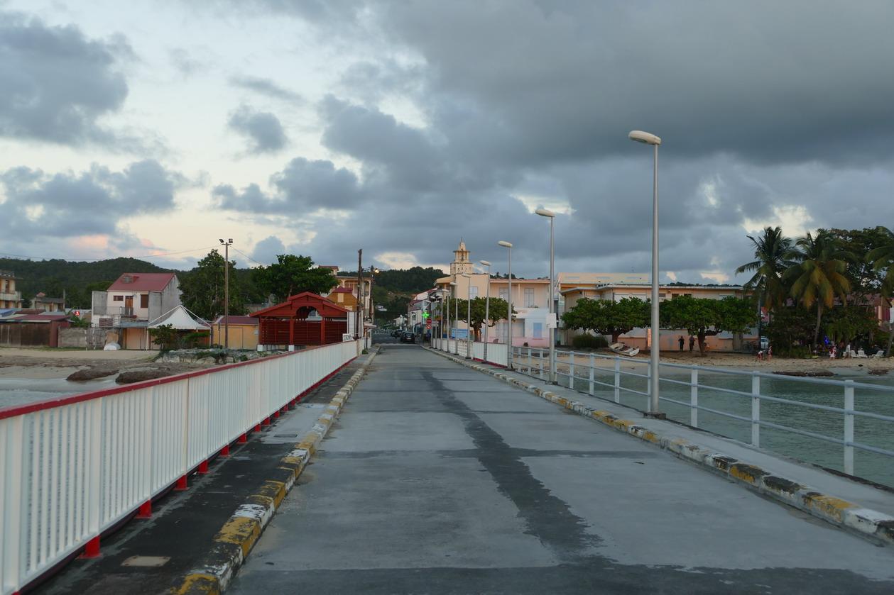 08. Marie-Galante, la longue estacade qui prolonge la rue principale