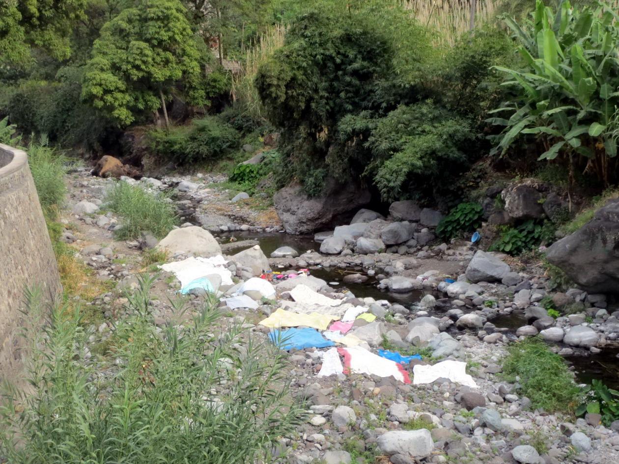 10. La rivière est barrée et le linge est lavé et séché