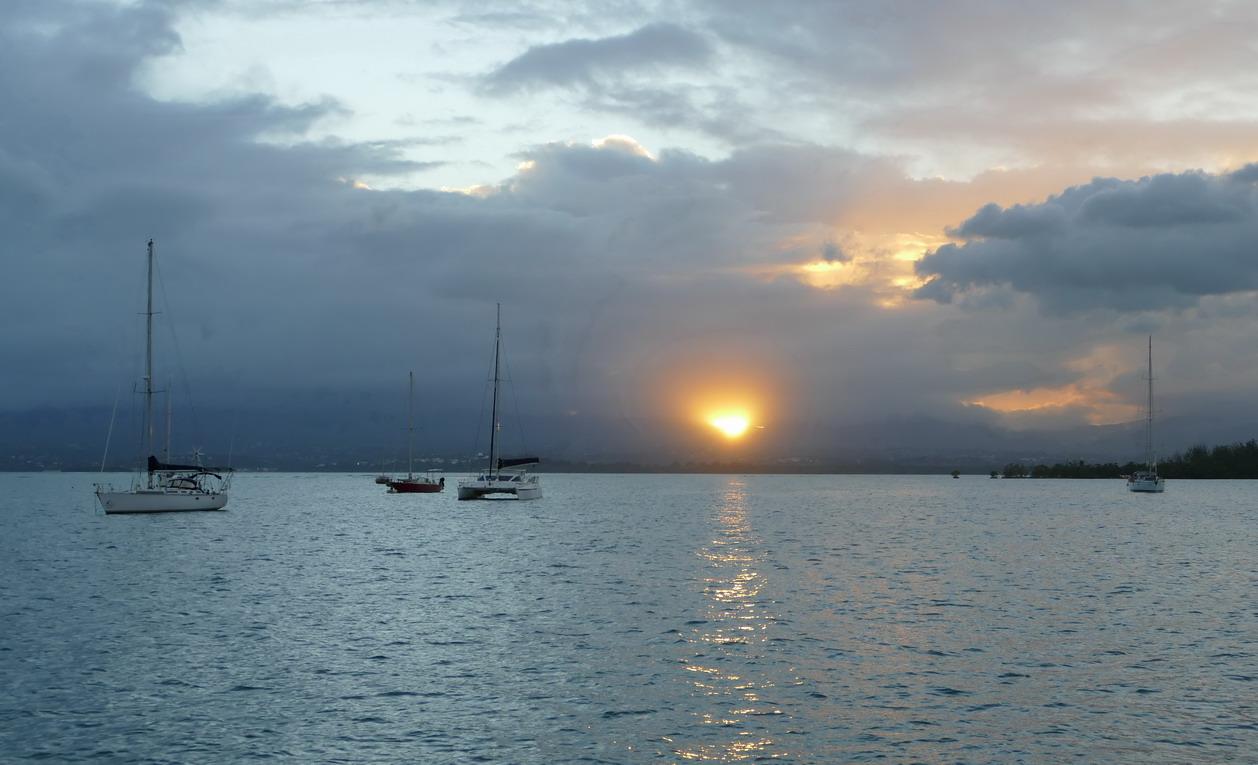 11. Pointe-à-Pitre ; ce n'est pas la Soufrière qui se réveille, juste un coucher de soleil à travers d'épais nuages