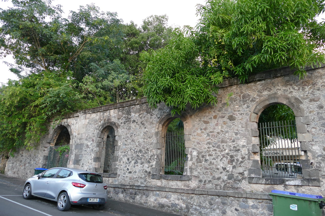 11. Saint-Pierre ; des murs d'avant 1902 sont toujours debout