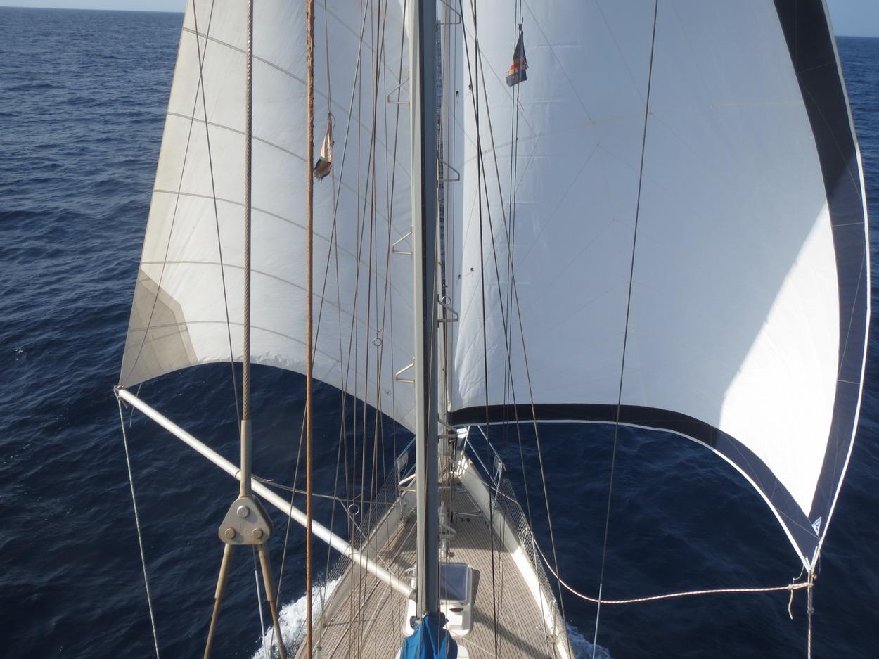12. Après plusieurs essais, le tangon et passé à bâbord