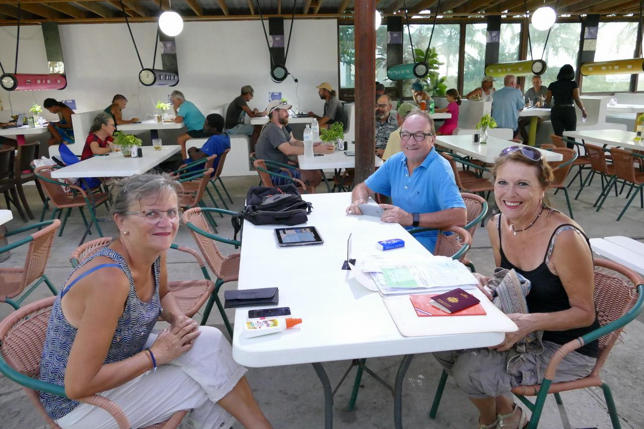 14. Au Tiki, la pizzéria de la marina, avec Patricia et Maurice