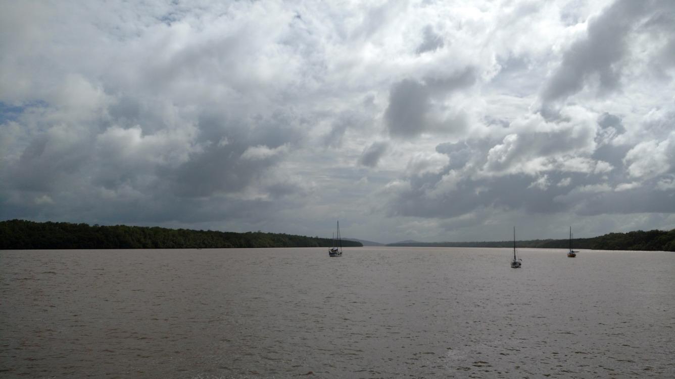 14. Bateaux au mouillage sur le fleuve (Mindelo à gauche)