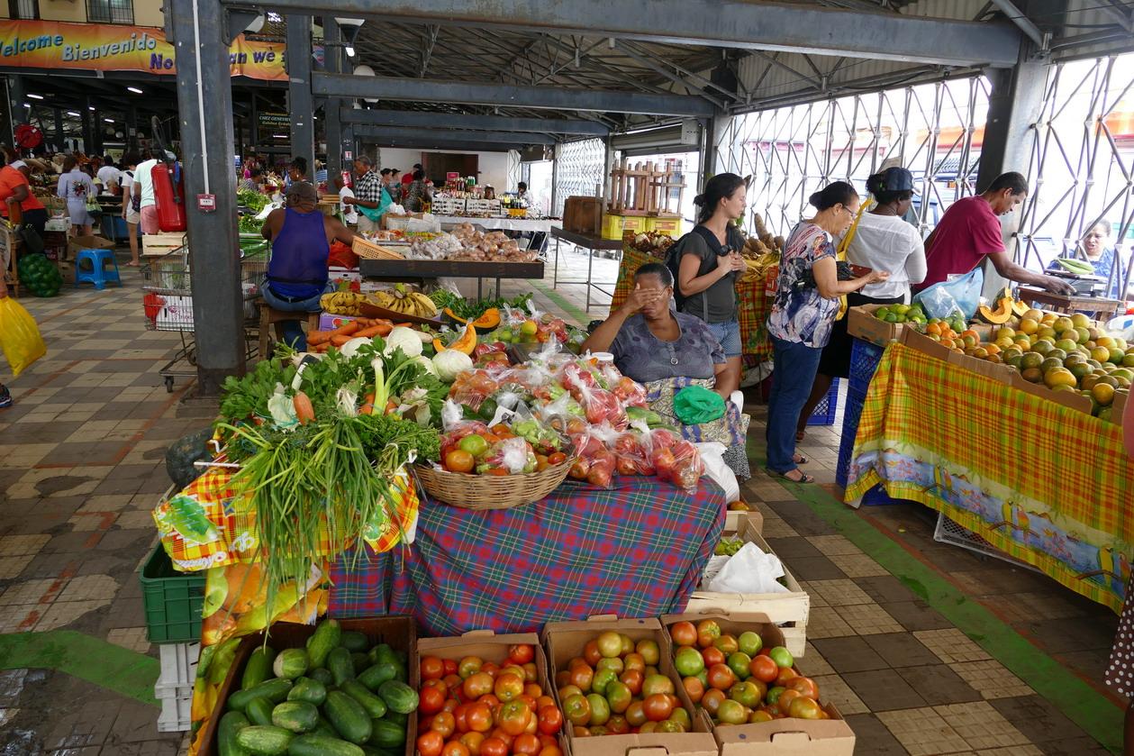 14. Fort-de-France ; le marché couvert